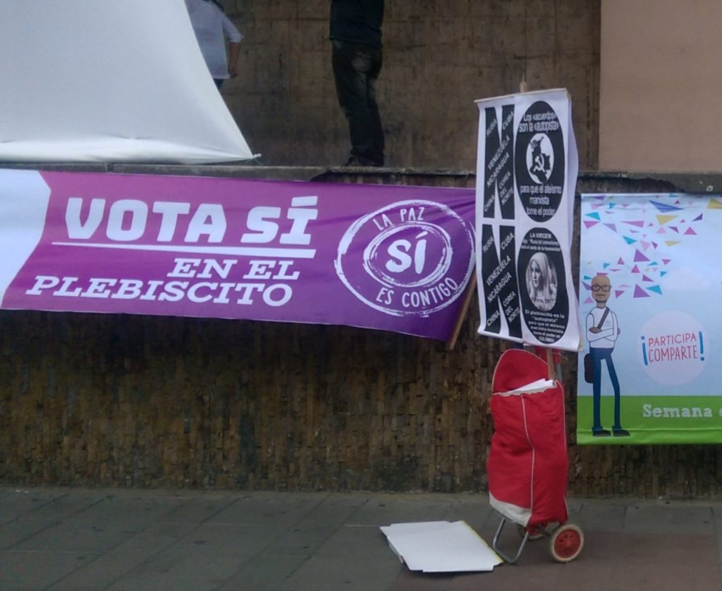 Both Si and No posters in Parque Bolivar, Palmira